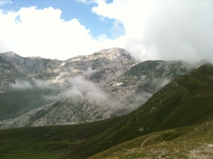 Blick auf silberne Karstberge